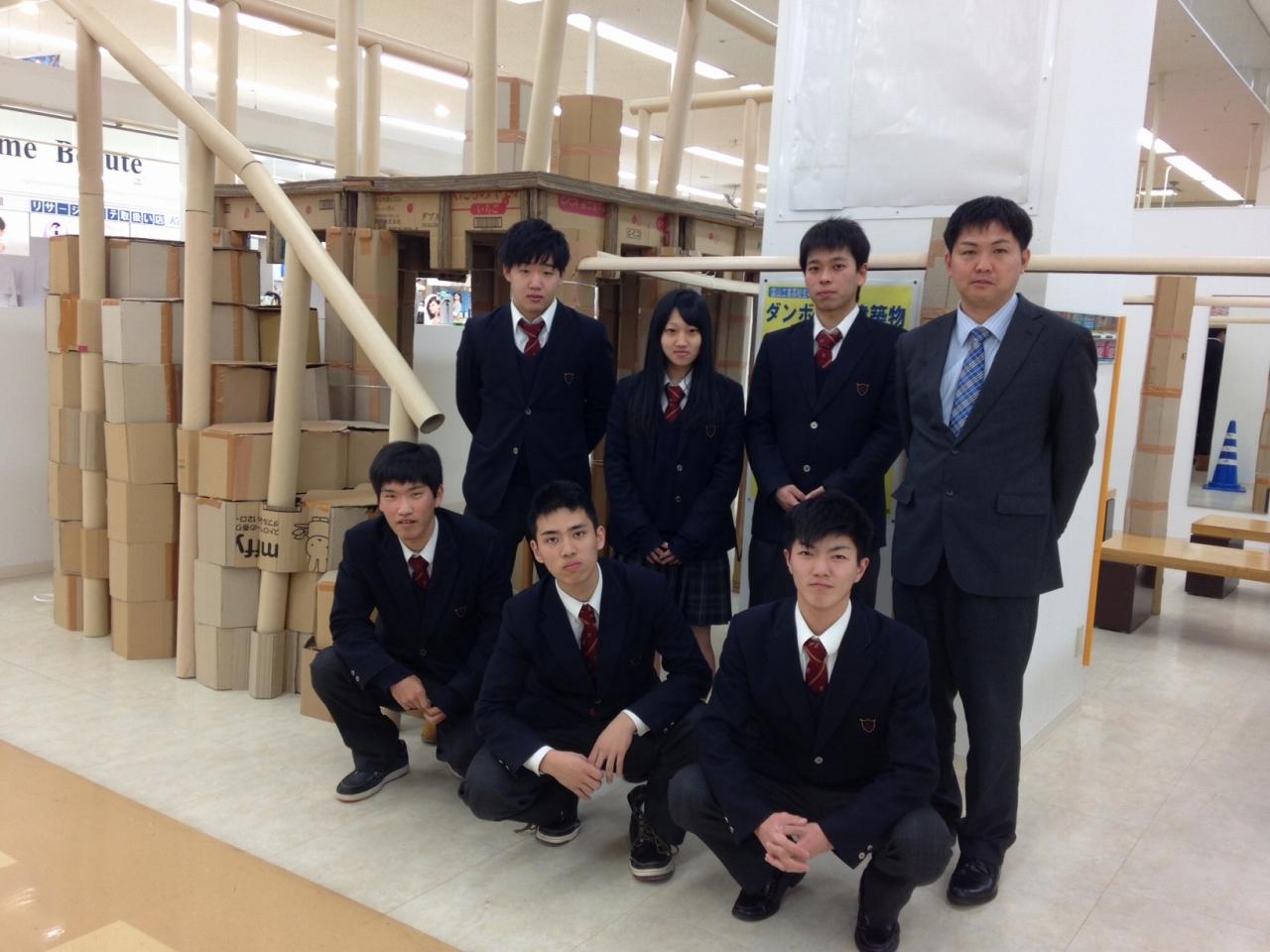 グリーンモール山室で高校生の発表会を開催 「富山工業高校 ダンボール建築物制作発表会」の画像